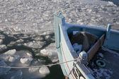 Рыбацкая лодка на зима — Стоковое фото