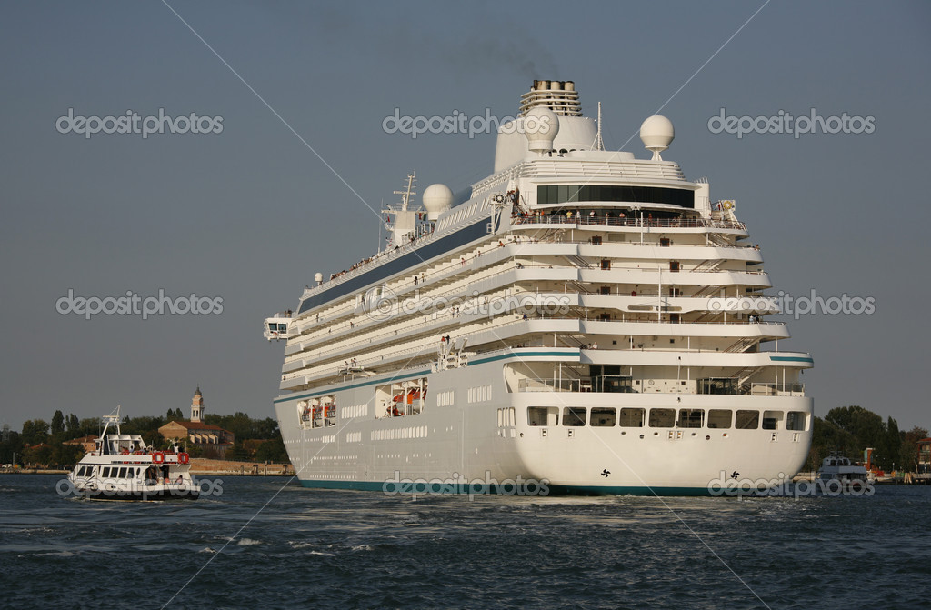 Cruise liner in the lagoon outside Venice Italy. — Stock Photo #6573979