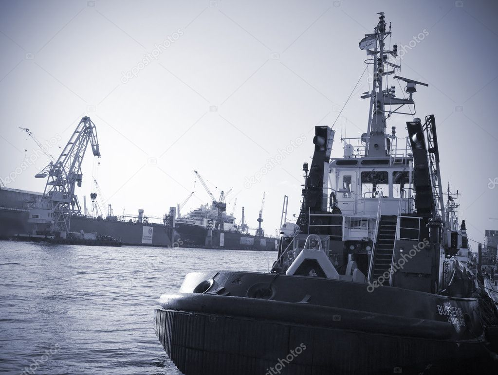 Towing boat and dock - Harbor of hamburg, Germany. — Stock Photo #6574299