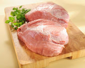 Raw pork shoulder. Arrangement on a cutting board. — Stock Photo