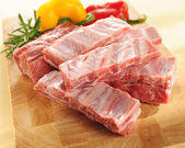 Raw pork ribs. Arrangement on a cutting board. — Stock Photo