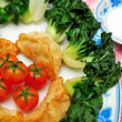 Chinese dumplings and vegetables — Stock Photo