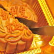 Knife cutting mooncake — Stock Photo