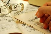 老音乐手稿上写作 — 图库照片