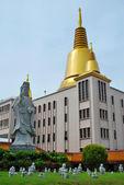 Pagode et statue bouddhiste — Photo