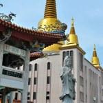 Buddhist statue and pagoda — Stock Photo