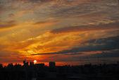 Beautiful urban sunrise or sunset amongst modern skyscrapers — Stock Photo