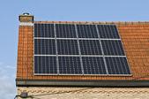 I pannelli solari sono uno dell'affluenza alle urne per la fornitura di energia elettrica gratis — Foto Stock