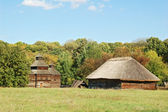Oude hut en kerk — Stockfoto