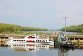 Motorový člun a remorkér v opuštěných říční přístav — Stock fotografie