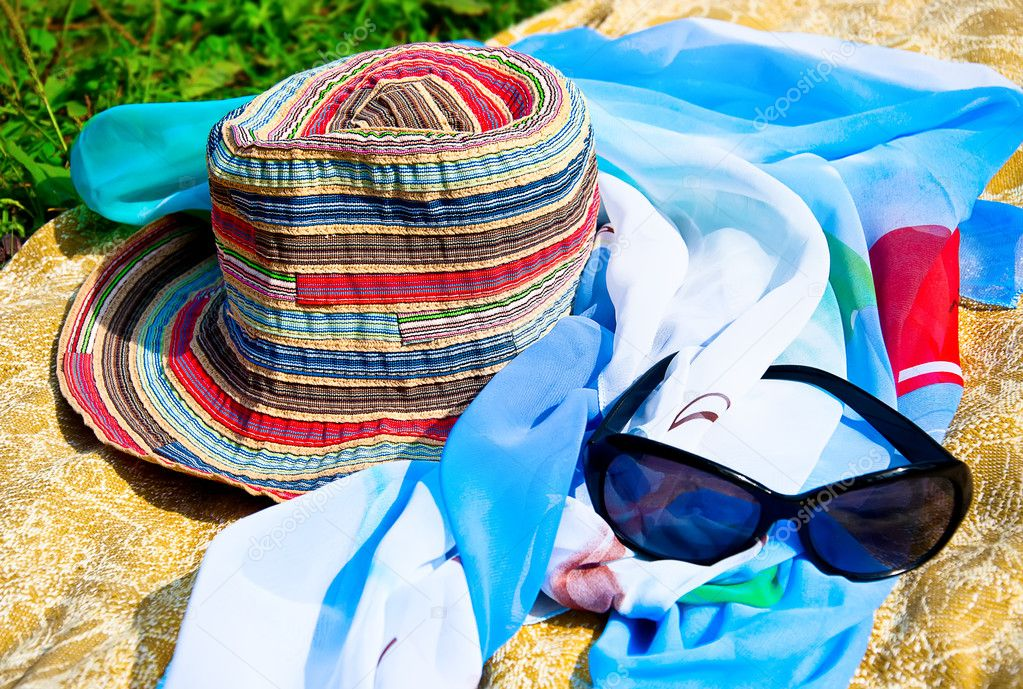 Hat and sunglasses on the coverlet — Stock Photo #6663939