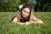 夏のフィールド上で美しい若い女性 — ストック写真