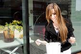 Vacker kvinna ingår i butik — Stockfoto