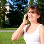 携帯で話している若い女性の肖像画 — ストック写真