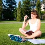 若い女の子が公園で勉強しています。 — ストック写真