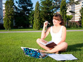 Young girl studying in the park — Stock Photo