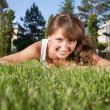 フィールドで笑顔の美しい若い女性 — ストック写真