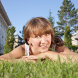 Beautiful young woman smiling on grass field — Stockfoto