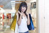 Belle femme avec des sacs à provisions — Photo