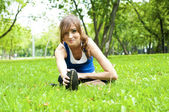 Mujer yoga en hierba verde — Foto de Stock