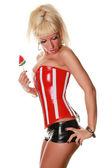 Сексуальная женщина в красный корсет с арбуз конфеты — Стоковое фото