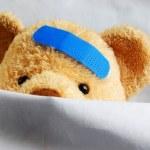 ベッドのテディ — ストック写真