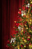Boże narodzenie drzewo na czerwono — Zdjęcie stockowe