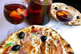 Pizza and sangria served in an italian restaurant — 图库照片