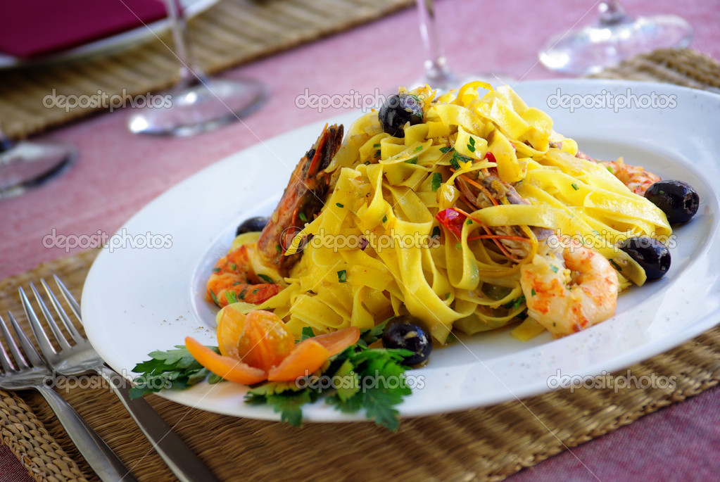 Italian dish of tagliatelle, shrimps and olives — Stock Photo #5874694