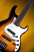 在黄金上的低音电吉他 — 图库照片