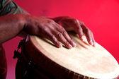 Djembê africano com mãos humanas — Foto Stock