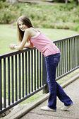 Девочка-подросток женского стоял улыбающийся — Стоковое фото
