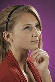 Adolescente femenina pensando aislados en rosa — Foto de Stock