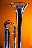 труба колокол на золотом фоне — Стоковое фото