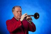 Senior homme jouer de la trompette sur bleu — Photo