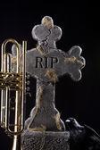 Corvo grave de halloween trompete — Foto Stock