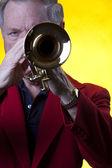 Müzisyen oynarken trompet sarı — Stok fotoğraf