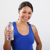 Uśmiechnięte dziewczyny z woda butelkowana — Zdjęcie stockowe