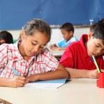pojke och flicka i klassrummet på lektion — Stockfoto