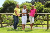 Tre unga tjejer utomhus — Stockfoto
