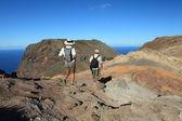 Hombre y mujer Senderismo en la montaña — Foto de Stock