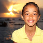 Girl next to the ocean enjoying the setting sun — Stock Photo #6088592