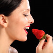 Beautiful happy woman eating red strawberry fruit — Stock Photo