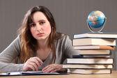 Garota adolescente estudante fazendo lição de geografia — Foto Stock