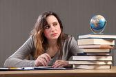 проверка шара девочка-подросток, делать домашнее задание — Стоковое фото