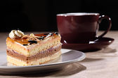 Cup coffee and cake with chocolate sauce topping — Stock fotografie