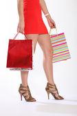 Sexiga ben av kvinna gå med kassar och påsar — Stockfoto