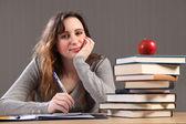 Gelukkig student meisje huiswerk met boeken — Stockfoto