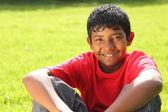 Nastoletni chłopak siedzi w słońcu — Zdjęcie stockowe
