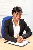 Siyah kadın iş ofiste güzel bir gülümseme — Stok fotoğraf